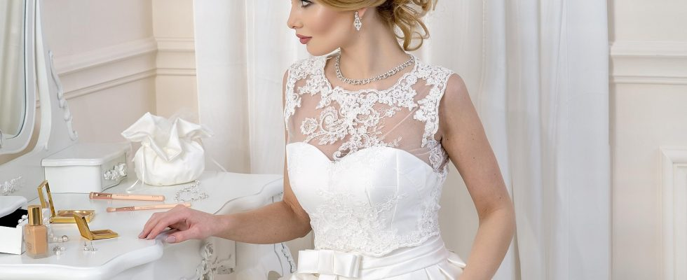 Comment embellir une robe de mariée avec des accessoires